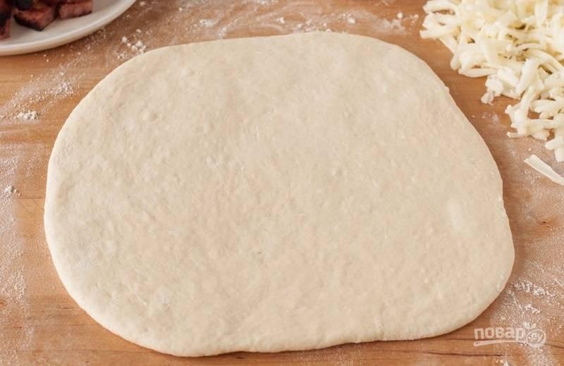 3.Раскатайте тесто в пласт по диаметру сковороды.