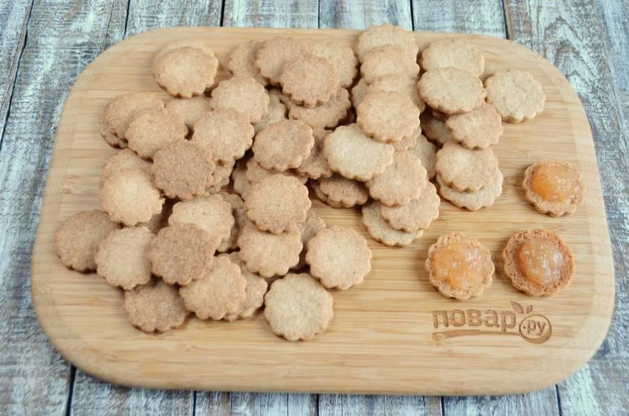 9. Варенье протрите через сито, если оно с большими плодами. Намажьте его на половину изделий, а потом скрипите с печеньями без варенья.