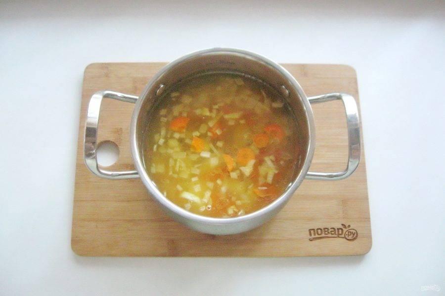 Затем выложите морковь с луком в кастрюлю.