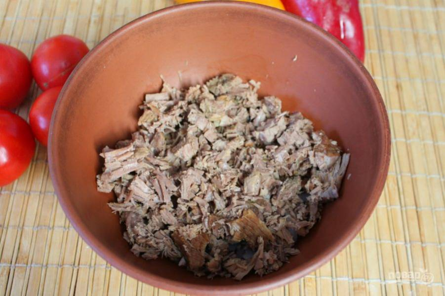 Говядину предварительно отвариваем с пряными травами. Затем остужаем, режем поперек волокон и высыпаем в салат.