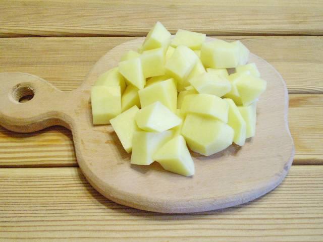 3. Картофель очищаем, нарезаем крупными кубиками.