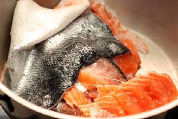 1. Идеальный вариант рыбы, которую нужно использовать в рецепте приготовления солянки без мяса, - это красная (в данном случае — семга). Вымойте рыбку как следует, тщательно отделите филе (уберите на время в холодильник). Отправьте все в большую кастрюлю, залейте водой.