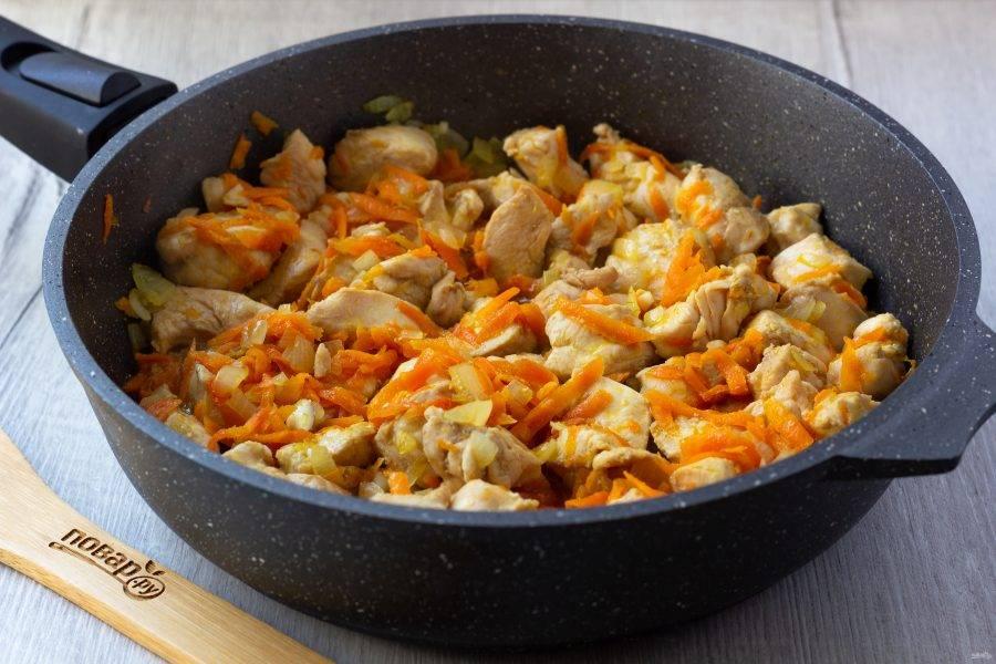 Затем добавьте кусочки курицы и обжарьте с овощами до готовности.