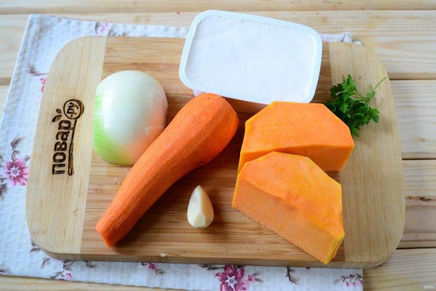 Подготовьте все необходимые ингредиенты. Все овощи очистите и ополосните под проточной водой. Тыкву можете использовать любую столовую, цвет ее может варьироваться от ярко-оранжевого, почти розового до желтого.