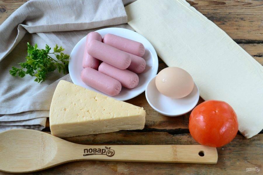 Подготовьте все необходимые ингредиенты. Тесто слегка разморозьте, чтобы его легко было раскатывать.