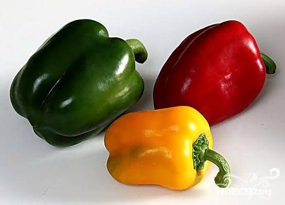 2. Если вы делаете канапе для гостей, выбирайте самый яркий сладкий перец. Режьте его мелкими равномерными кубиками. Помните, что канапе, украшенными разноцветным перцем (красный, оранжевым, желтым, зеленым) будут смотреться просто изумительно на общем блюде.