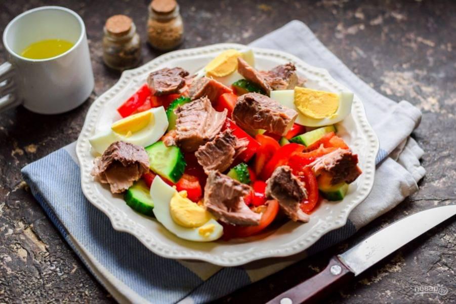 Добавьте в салат кусочки тунца. Смешайте масло, сок лимона и соевый соус, заправьте салат. Соль и перец добавьте по вкусу.