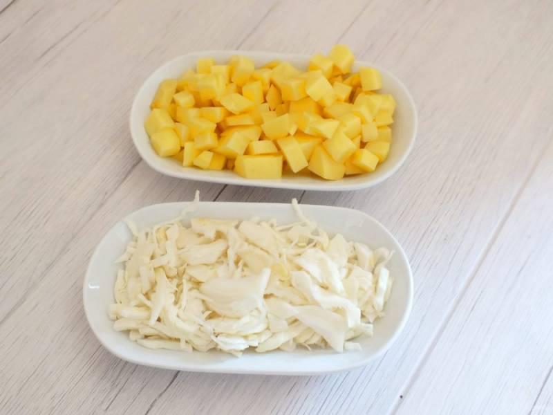 Нарежьте средним кубиком картофель, капусту средней соломкой или шашечками.
