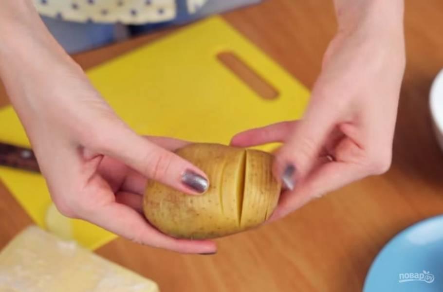"""1. На каждой картофелине сделайте тонкие надрезы не до конца так, чтобы при выпекании картофель немного """"раскрылся""""."""