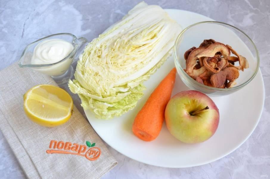 1. Подготовьте продукты для салата, вымойте овощи-фрукты.