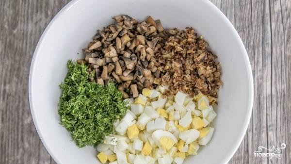 К грибам и луку добавьте нарезанные произвольно вареные яйца и измельченный укроп.