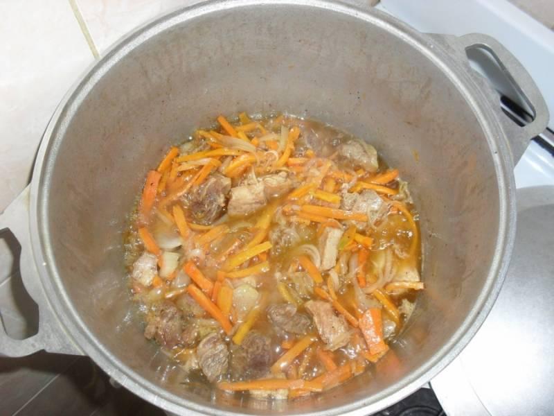1. На дно казанка помещаем сало, и вытапливаем из него жир. Шкварки забираем, а жир сильно раскаляем, и обжарим мясо кусочками. Когда покроется корочкой - добавим морковь и обжарим до мягкости.