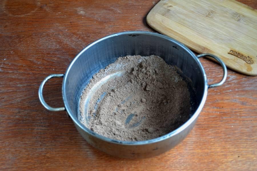 Для приготовления глазури смешайте сахар с какао, а затем добавляйте молоко и масло сливочное. Так вы избежите появления комков.