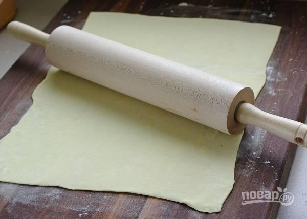 6. Пласт слоеного теста раскатайте тонко.