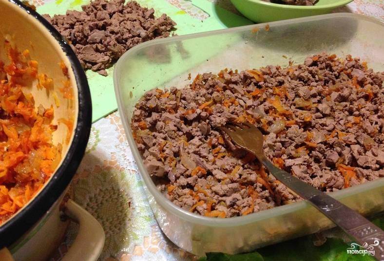 Свежую морковь и лук промываем, очищаем и измельчаем. Обжариваем овощи на растительном масле до золотистой корочки. Смешиваем с отварной куриной печенью и майонезом, предварительно измельченной.