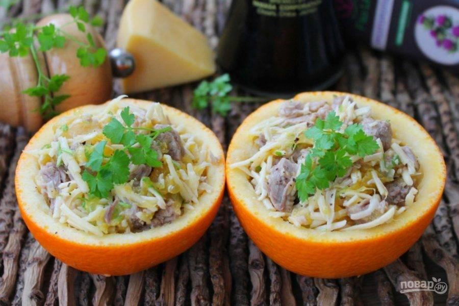 Салат из телятины с апельсином, яблоком и сыром готов. Угощайтесь!