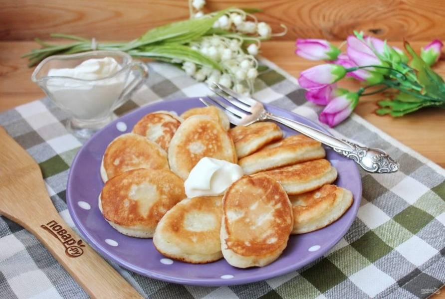 Оладьи на сметане без яиц готовы. Подавайте к столу со сметаной, мёдом или вареньем. Приятного аппетита!