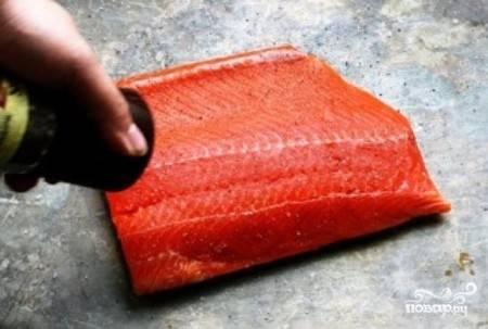 1) Возьмите филе лосося, хорошо поперчите и посолите его.