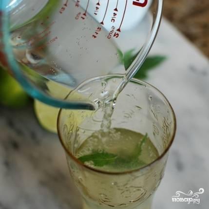 Затем смешиваем сок лайма с листьями мяты, имбирным сиропом и газированной водой. Я считаю идеальным следующее сочетание: 1 часть сока лайма, 2 части имбирного сиропа и 3 части газировки. Листья мяты - по вкусу.