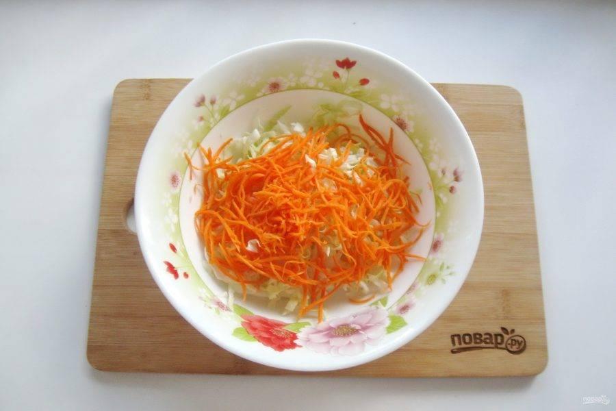 Морковь очистите, помойте, натрите тонкой соломкой и добавьте в салат.