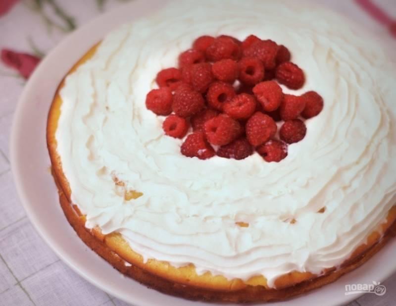 7. Промазываем сливками по всей поверхности, украшаем малиной. Вот и все: наш йогуртовый торт готов!