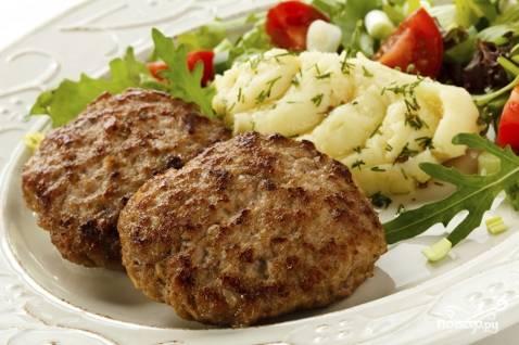 7.Готовые котлеты выкладываем на блюдо и подаем к столу с овощами и зеленью. Приятного аппетита!