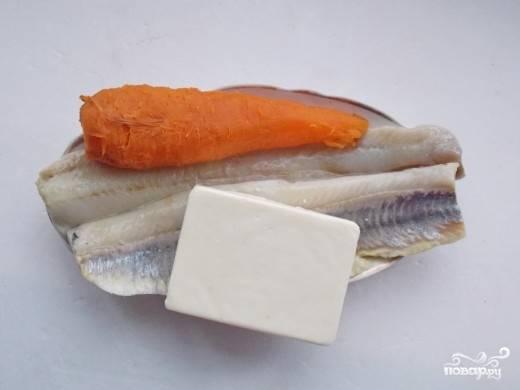 2. Филе сельди можно брать уже готовое, так вы сэкономите время на разделку рыбы. Морковь нужно отварить с кожурой, после чего остудите ее и очистите.