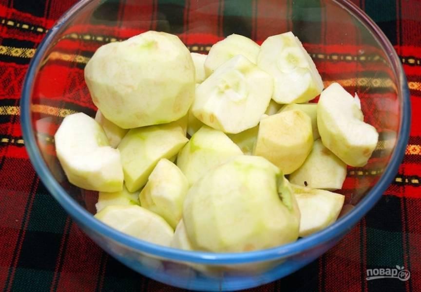 Яблоки хорошо вымойте и очистите кожицу, Вынимете середину с семечками и нарежьте яблоки дольками не более 4 мм толщиной.
