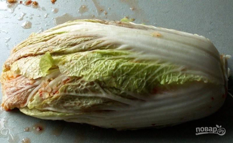 Так поступите со всеми слоями. Пекинскую капусту переложите в глубокую посуду. Поставьте груз. Оставьте её в таком виде на 4-5 дней при комнатной температуре.