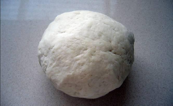 Смешайте сахар, соль и дрожжи. Добавьте 1 ст.л. теплой кипяченой воды, перемешайте. Постепенно добавляем муку и замешиваем тесто. Ставим тесто в теплое место на 1 час для подъема.