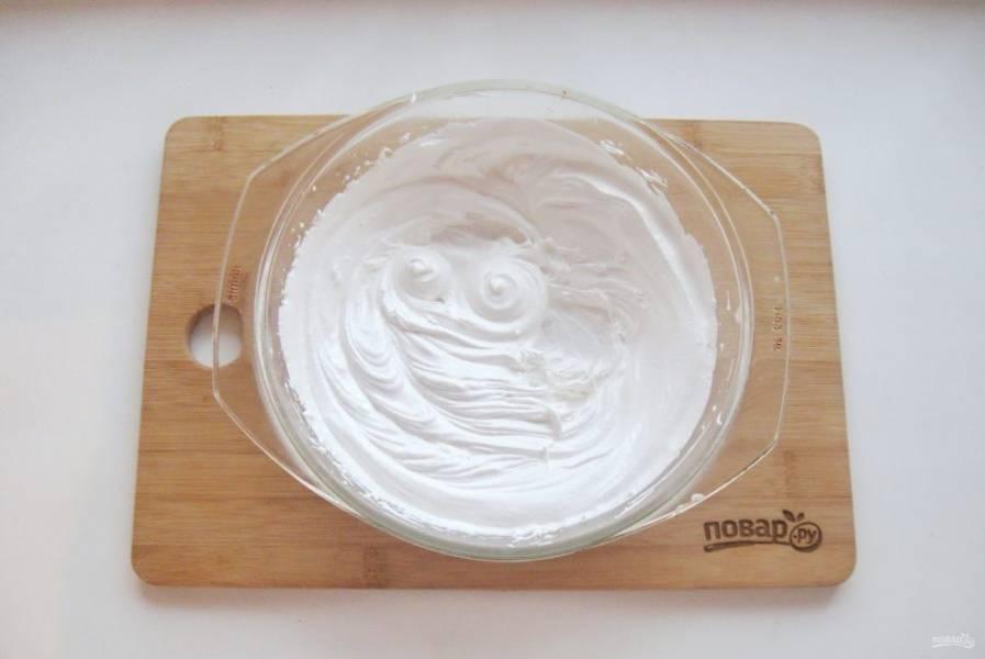 Взбивайте меренгу уже на столе еще 3-4 минуты. Крем получается густым, пышным, воздушным, немного вязким, похожим на зефир.