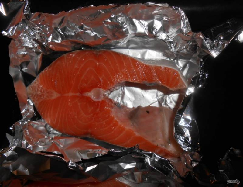 7.Фольгу, в которой лежат кусочки рыбы, заворачиваю в виде тарелочки, чтобы в процессе выпекания не вытекал сок.