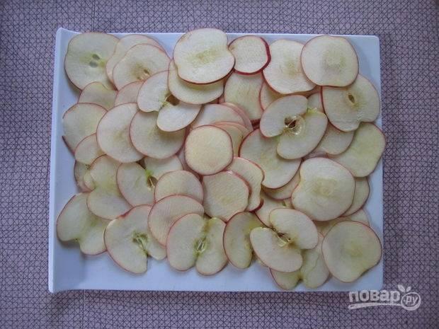 Промытые и обсушенные яблоки нарежьте слайсами. Удалите все семечки и твёрдые плёнки. Духовку разогрейте до 120 градусов.