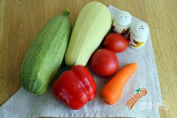 Помойте все овощи. Перец разрежьте, удалите семена и плодоножку. Лук, морковь очистите. Если кабачок молодой, то очищать его не требуется, только отрежьте кончики.