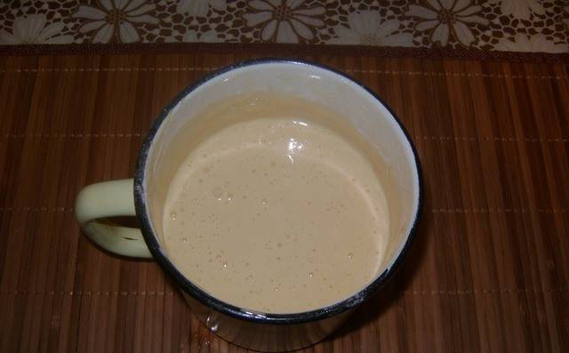 2. Яйца отдельно взбиваем минут 5 с сахаром и ванилью в пышную пену.