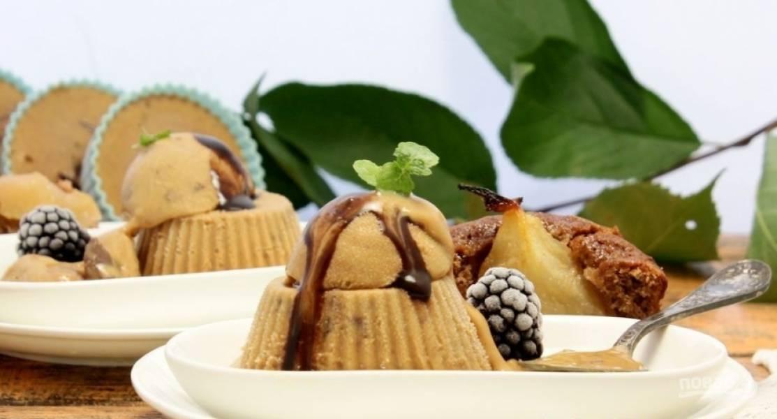 8.Через положенное время достаю мороженое из морозильника и перекладываю его с формы на тарелку, подаю со свежими ягодами.