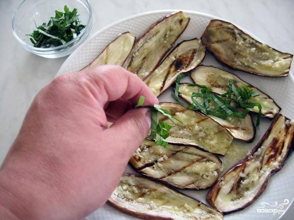 Посыпаем баклажаны с соусом свежим нарубленным базиликом.