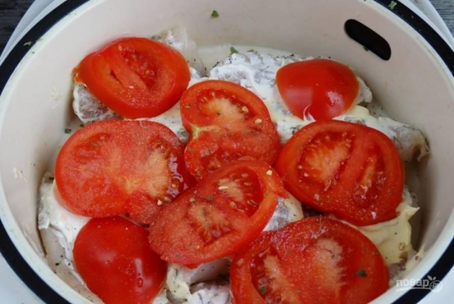 Сверху уложите кружки помидоров. Немного посолите их.