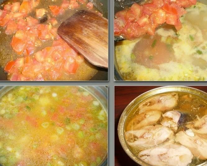 Помидоры тушим на сковороде 3-4 минуты. Корень петрушки натрите на терке и добавьте к помидорам. Затем добавляем овощи в кастрюлю. Открываем консерву.
