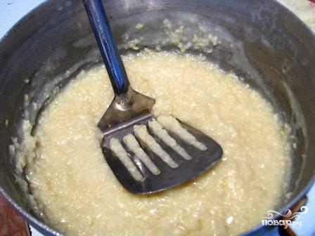 """Пшено заливаем кипятком, а через 5 минут тщательно промываем холодной водой. Заливаем водой, солим и варим пшенную """"кашу-размазню""""."""