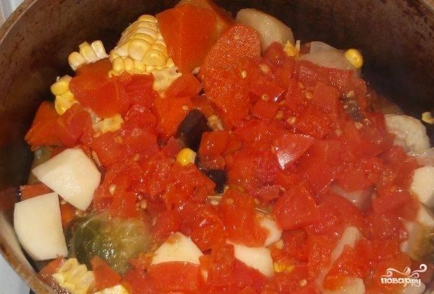Отделите кукурузные зёрна. Переложите все овощи в казан. Посолите. Добавьте лавровый лист. Залейте отваром с томатами. Тушите минут 20.