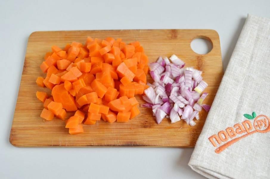 2. Морковь порежьте кубиками, лук порубите максимально мелко.