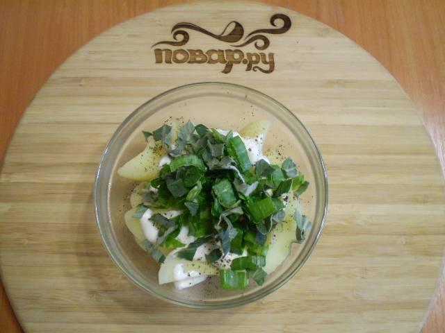 6. Собираем салат. К картофелю добавляем сметану, соль, специи, мелиссу, лук.
