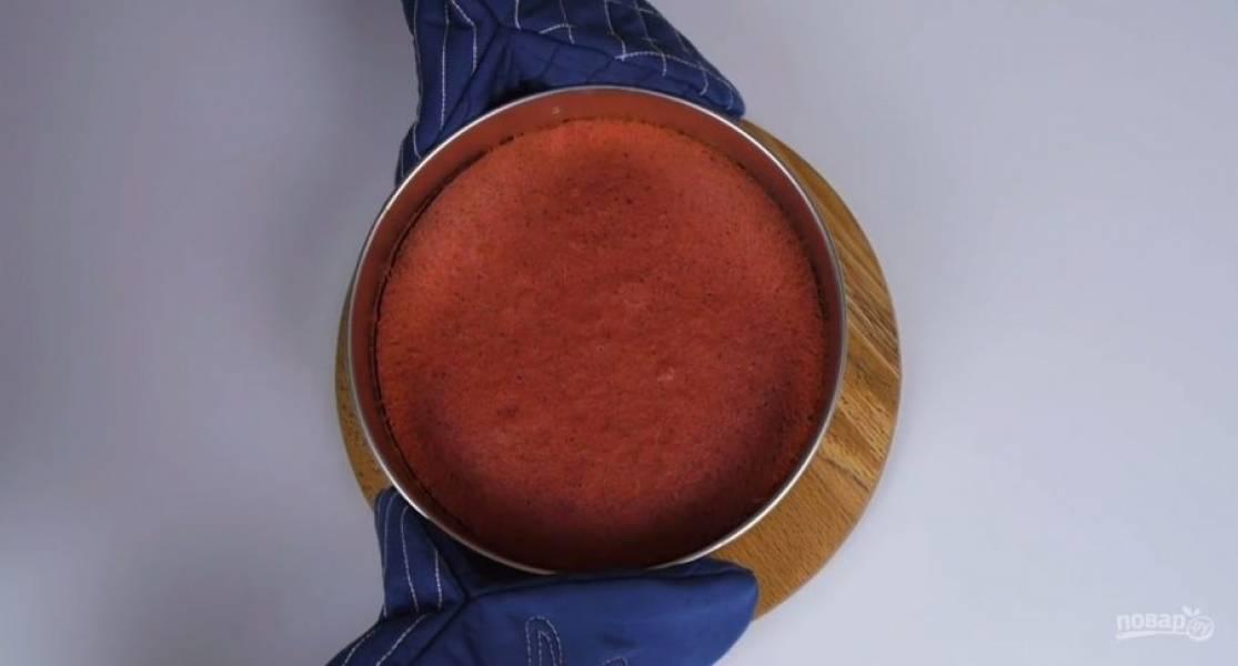 3.  Соедините с мучной смесью и перемешайте лопаткой. Распределите тесто по форме и отправьте в разогретую до 160 градусов духовку на 30 минут. Оставьте корж в форме на 15 минут, после чего полностью остудите на решетке.