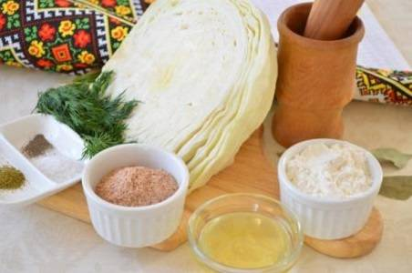1. Вот перед вами список необходимых в рецепт приготовления капустных котлет с овсянкой ингредиентов. На всякий случай следует запастись мукой.