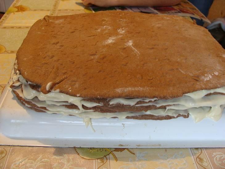 """5. Когда крем остынет, его необходимо взбить со сливочным маслом. При желании можно добавить ванилин. Классический рецепт торта """"Нутелла"""" можно изменять, приготовив другой крем, например. Коржи тщательно промазать кремом и оставить торт минимум на ночь."""
