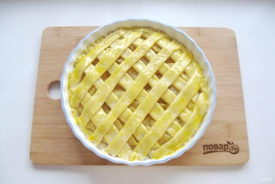 Смажьте пирог яйцом и отправьте в духовку, разогретую до 175-180 градусов.