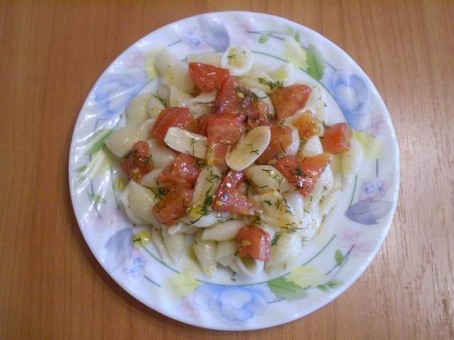 5. Готовые макароны откидываем на дуршлаг, раскладываем по тарелочкам и сверху кладем помидоры со специями, поливаем жиром от жаренья.