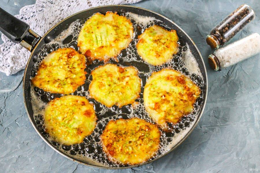 На сковороде прогрейте растительное масло и выложите столовой ложкой части теста в масло, обжарьте оладьи в течение 1-2 минут с каждой стороны на среднем нагреве.