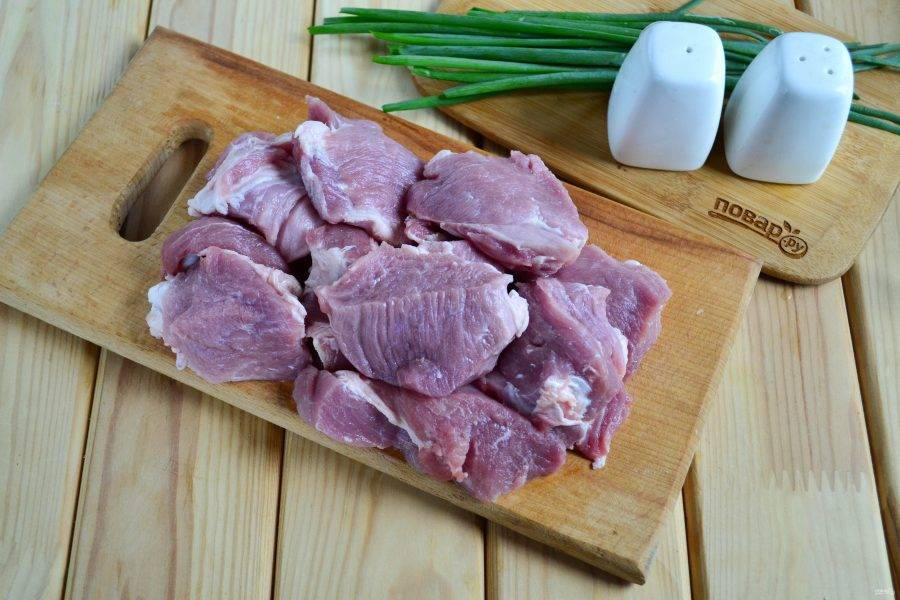Мясо порежьте на куски среднего размера.